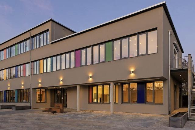 Bunte Fensterelemente erinnern an eine Grundschule