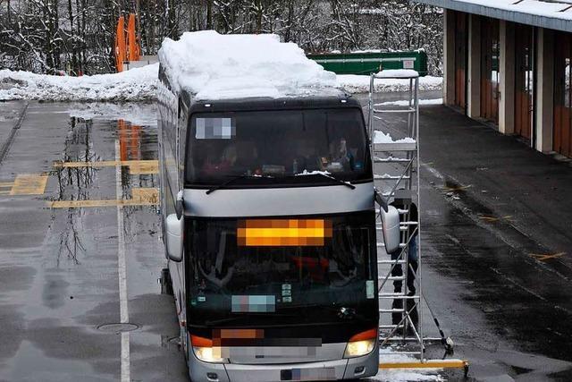 Reisebus fährt eine Tonne Schnee auf dem Dach spazieren