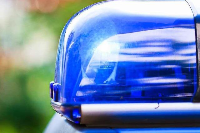 Gangstertruppe fährt mit geklautem Ford Transit durchs Schaufenster