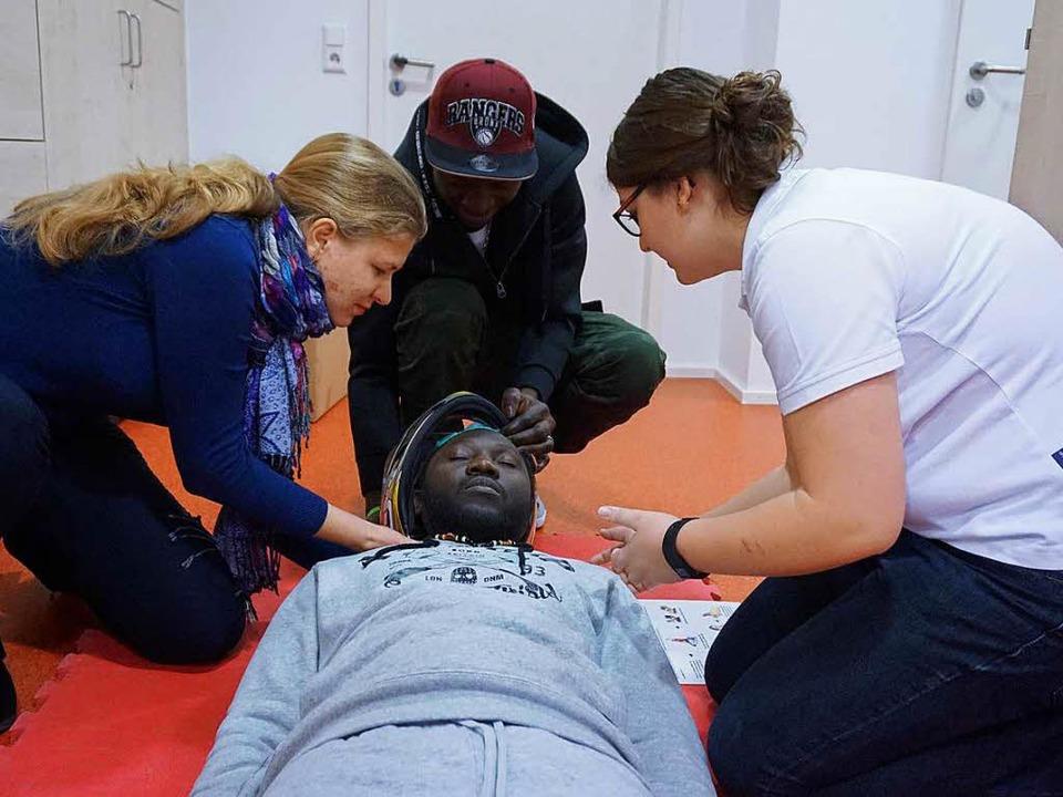 Übungsleiterin Bianca Oesterle (rechts...all: Was tun bei einem Motorradunfall?  | Foto: Klaus Schweizer