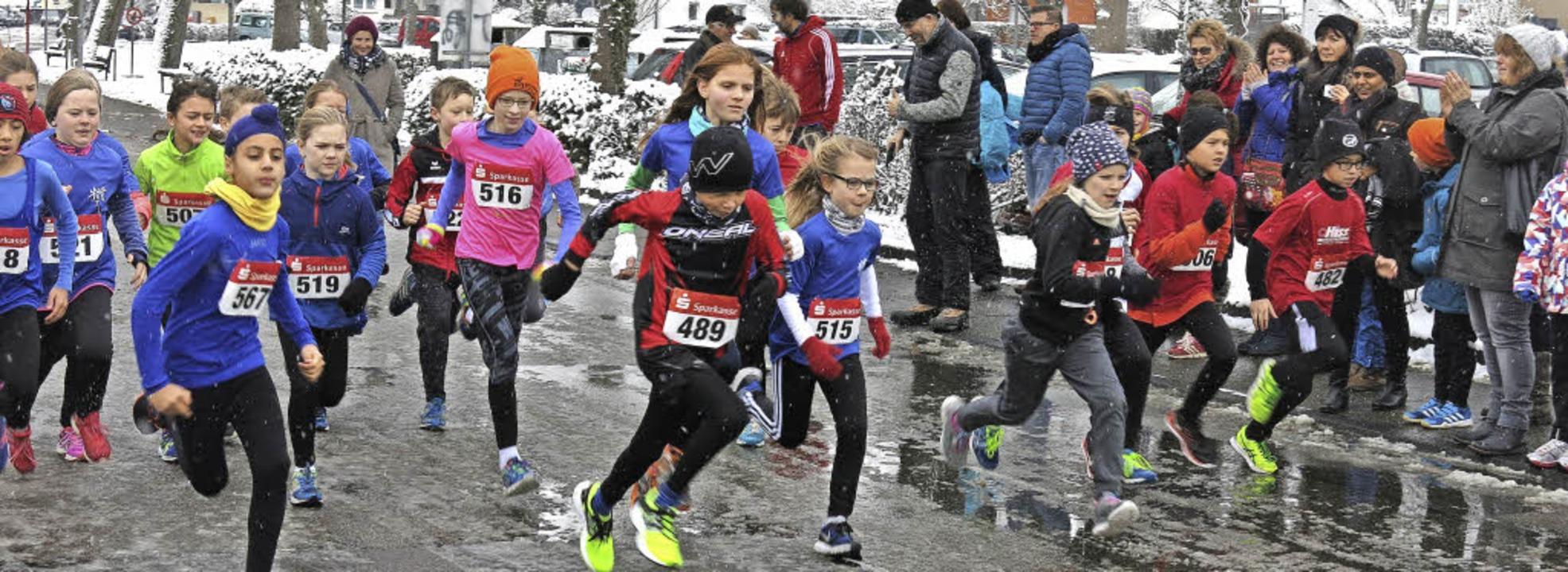 Schwierige Bedingungen für die Läufer und Läuferinnen auf dem Asphalt  | Foto: Georg Voß
