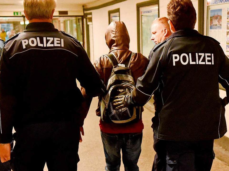 Bundespolizisten in Flensburg führen e...n ohne Ausweispapiere ab (Symbolbild).  | Foto: dpa