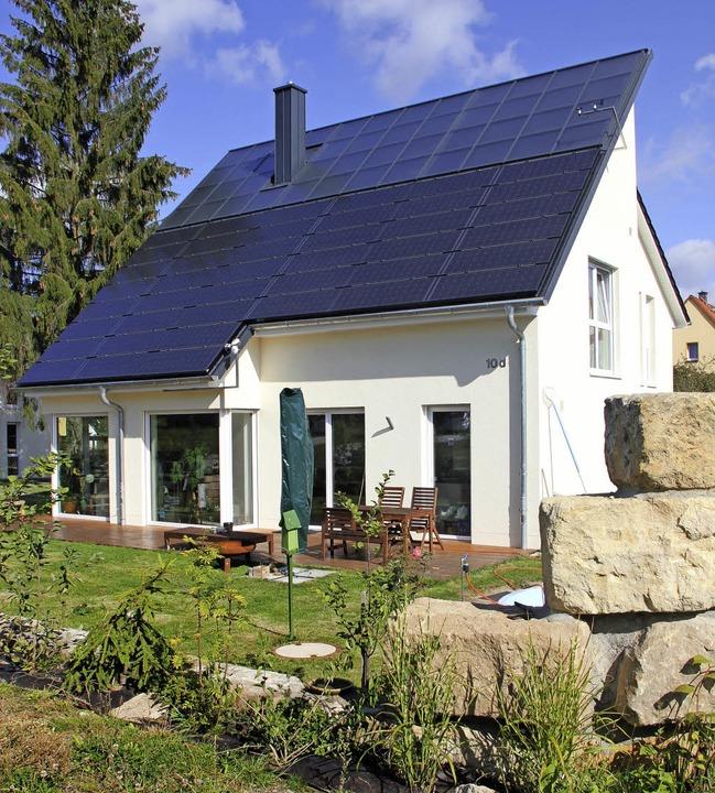 Dieses Haus versorgt sich selbst mit E...#8211; vor allem mit Hilfe der Sonne.   | Foto: Timo Leukefeld (dpa)