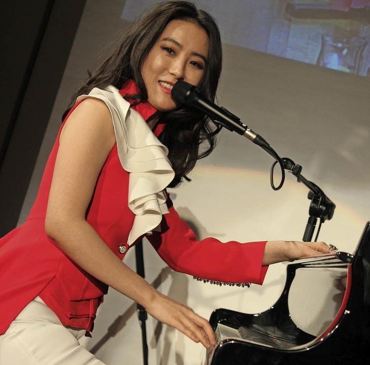 Younee aus Korea trat bei der Firmenfeier auf.  | Foto: Mario Schöneberg