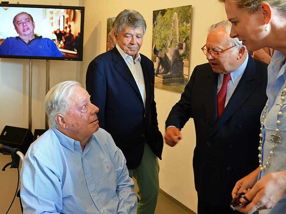 Franz Burda traf bei  der Ausstellungseröffnung alte Bekannte wieder.  | Foto: Ralf Burgmaier