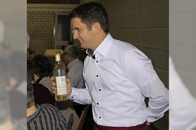 Der Pfarrer kredenzt seinen Schäfchen den Wein