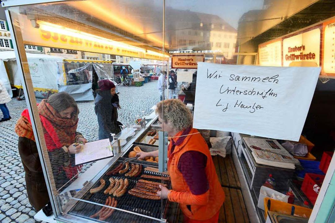 Standhalten beim Würschtlebraten: Die Kunden machen Mut mit Unterschriften.   | Foto: Ingo Schneider