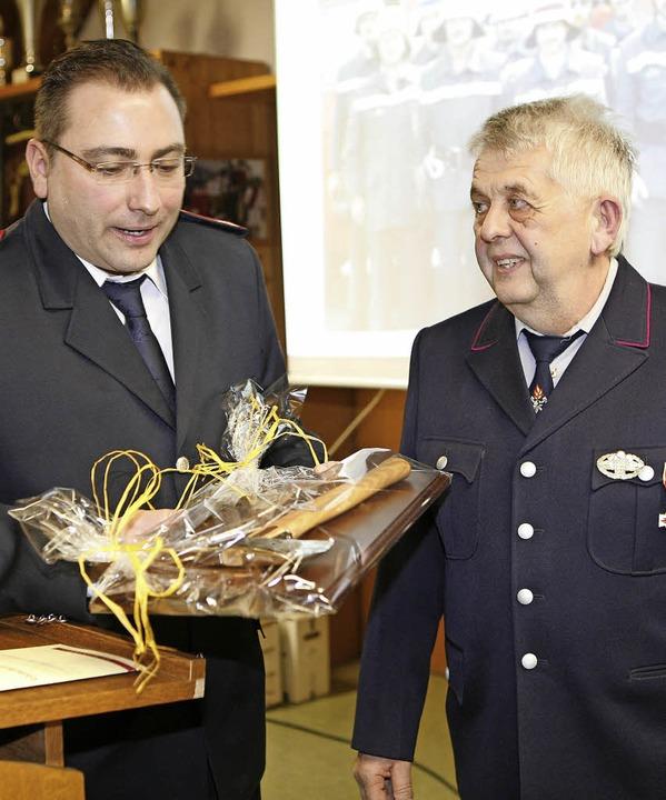 Kommandant Clemens Maurer (links) ehrt... der Gottenheimer Wehr im Dienst ist.   | Foto: Privat