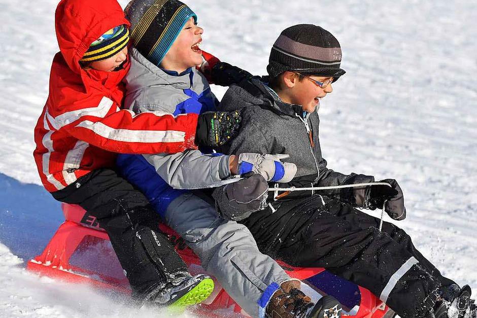 Die Schüler in Aktion: Mit Ski und Schlitten. (Foto: Wolfgang Scheu)