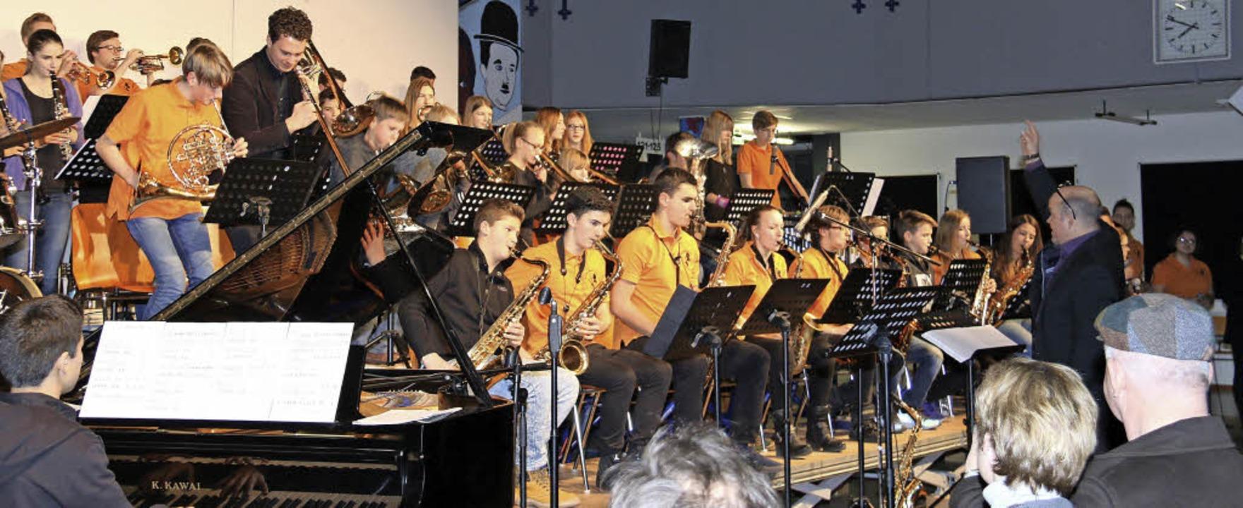 Veit Hübner  lässt jeden der jungen Musiker ein Solo spielen.     Foto: Dagmar Barber