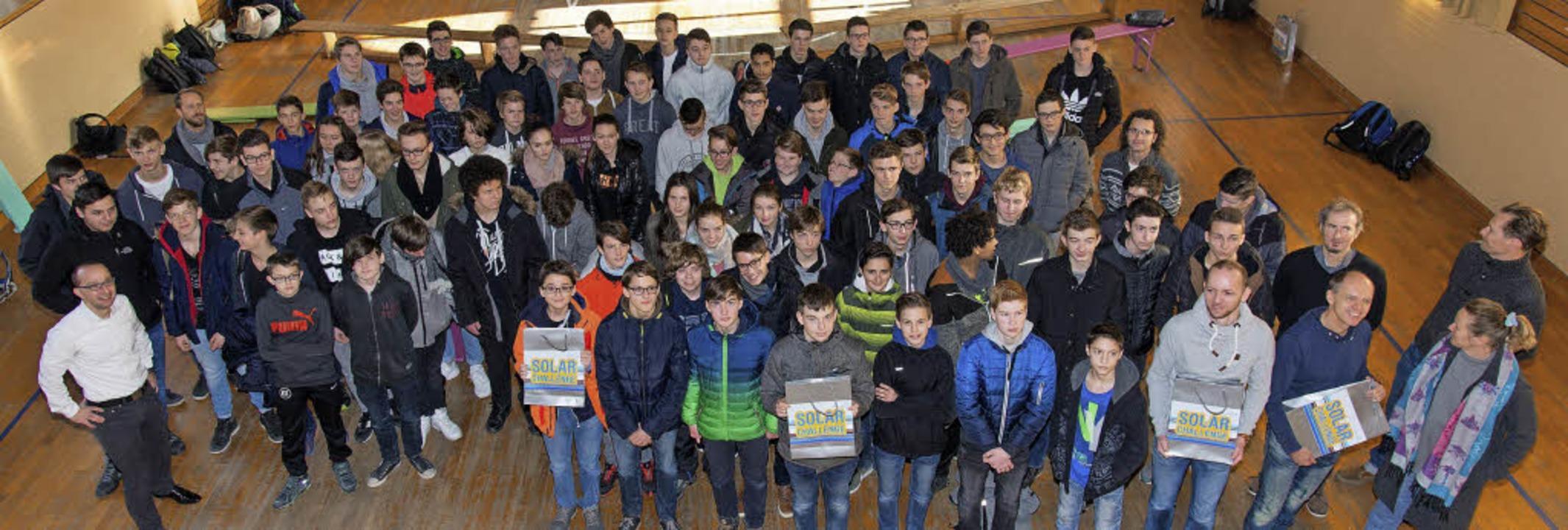 Schüler und Lehrer haben sich in Etten...akete für die Solar Challenge geholt.   | Foto: Olaf Michel