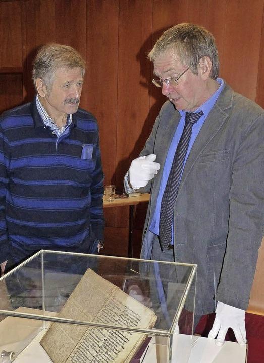 Der Organisator des Abends Peter Speng...ietzner beim Bürgerbuch in der Vitrine  | Foto: Ekkehard Klem