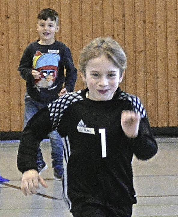 Beim Staffellauf gaben die Kinder alles.     Foto: Edgar Steinfelder