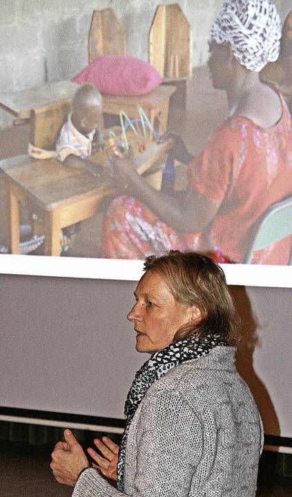 Bettina Armbruster berichtete in Görwihl über die Lage in Hale in Tansania.   | Foto: Peter Schütz