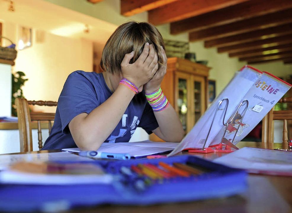 Daheim für die Schule lernen? Viele Kinder haben ein Problem damit.   | Foto: dpa