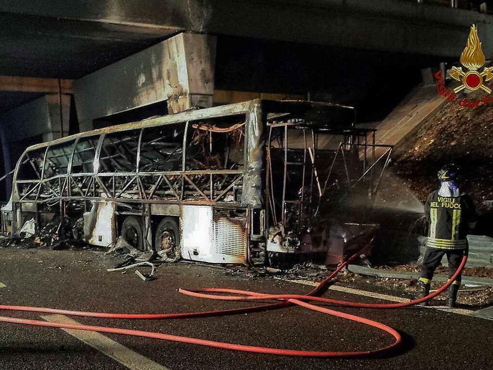 Der ausgebrannte Bus bei Verona    Foto: dpa