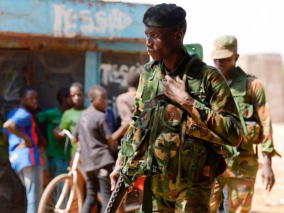 Senegalesische Soldaten patrouillieren an der Grenze zu Gambia.  | Foto: AFP