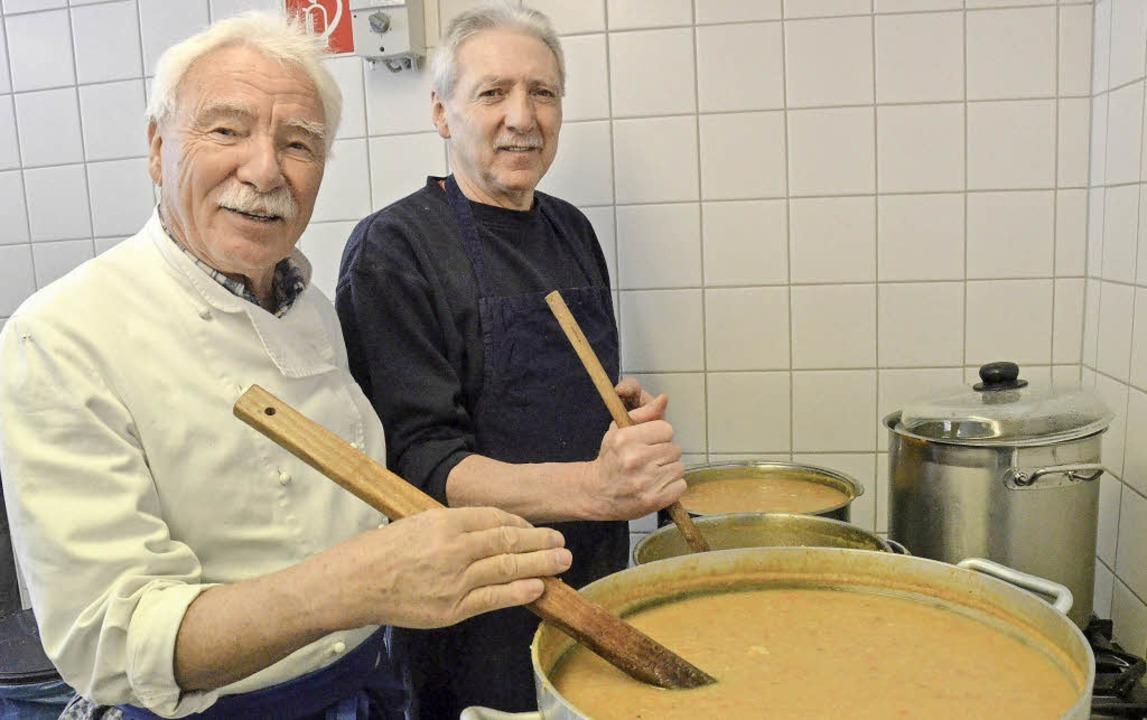 Küchenchef Günter Rosskopf (links) und...lf Dede in der Lörracher Suppenküche.   | Foto: Barbara Ruda