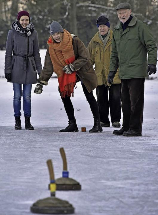 Spaß auf dem gefrorenen Waldsee: Egal ob beim Eisstockschießen …  | Foto: Michael Bamberger