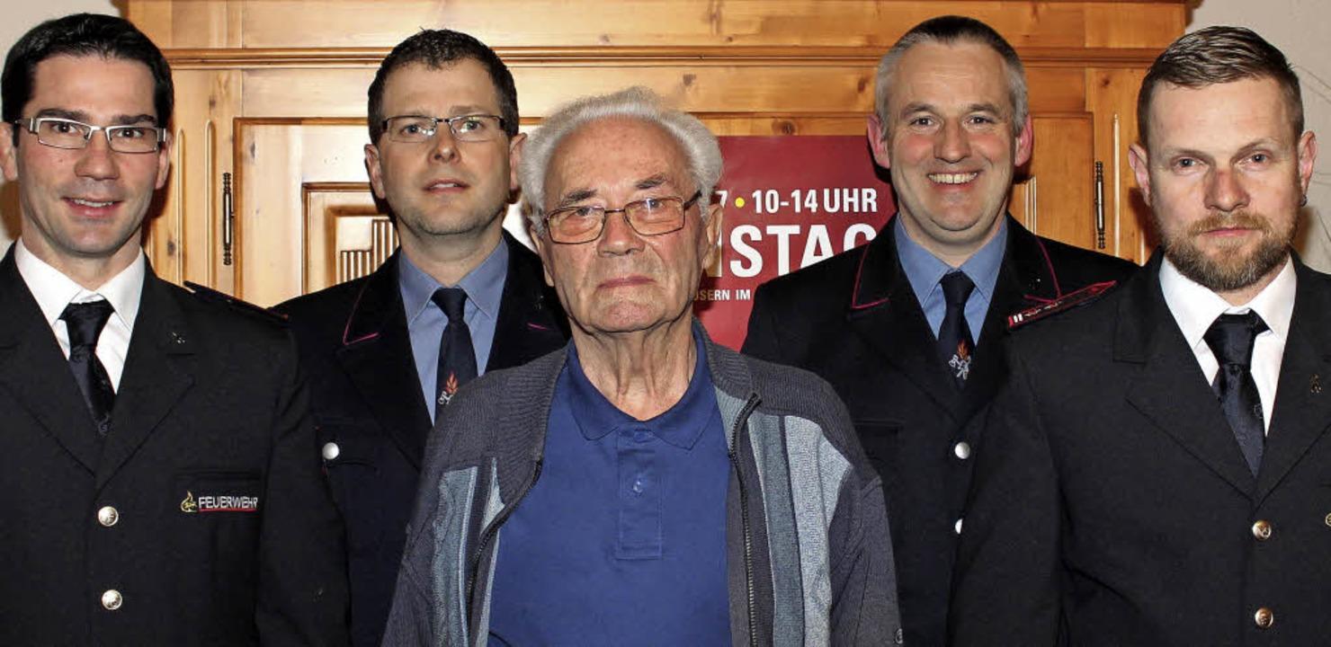 Es gratulierten Manfred Kibin (Mitte) ...ellvertretender Abteilungskommandant).  | Foto: Reinhard Cremer