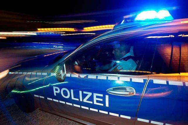 Fahrer flüchtet vor Polizei und versucht Streifenwagen wegzudrängen