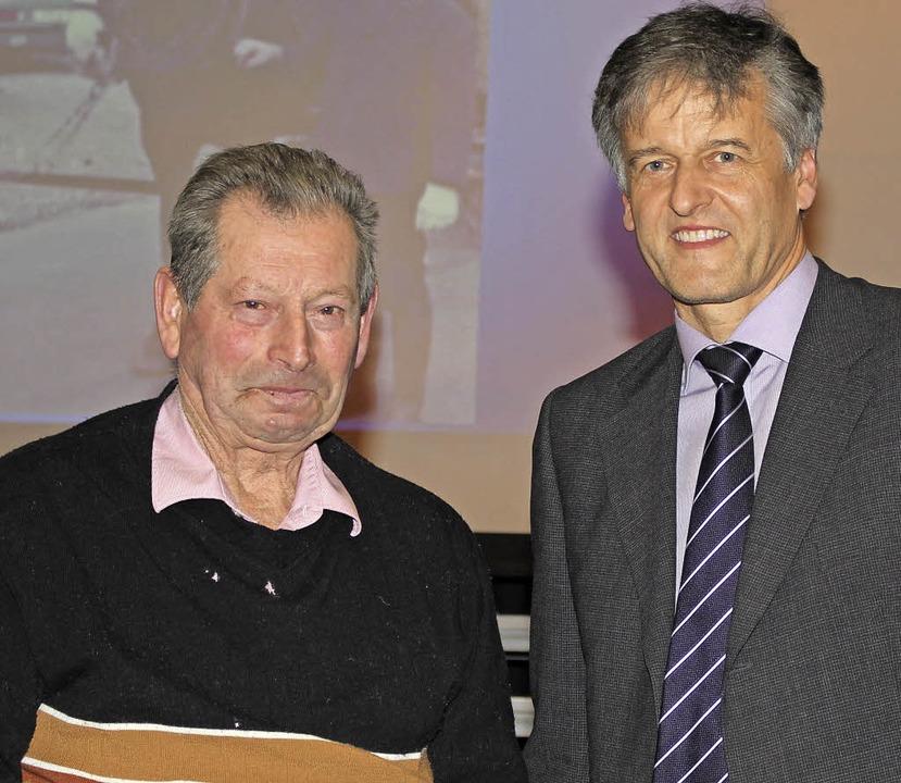 Saubere Sache: An Werner Volz (links) ...sonderer Dank von Bürgermeister Braun.  | Foto: Anja Bertsch