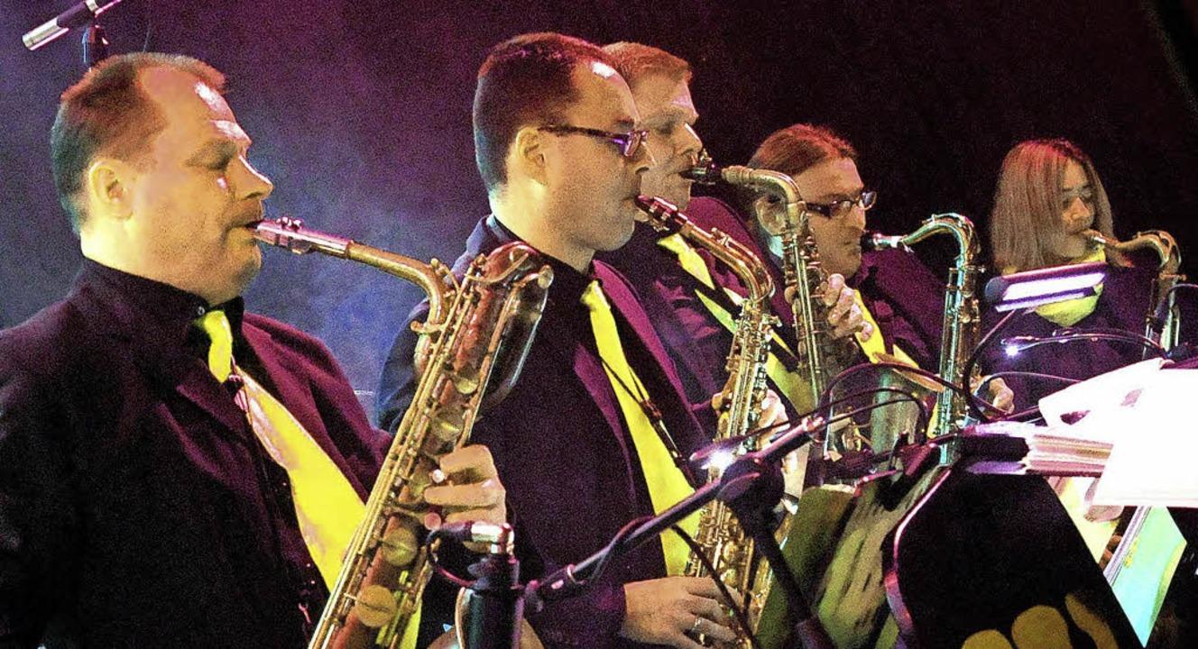 Vier  Saxophonisten und eine Saxophonistin der Big Band W beim Einsatz   | Foto: Wolfgang Künstle