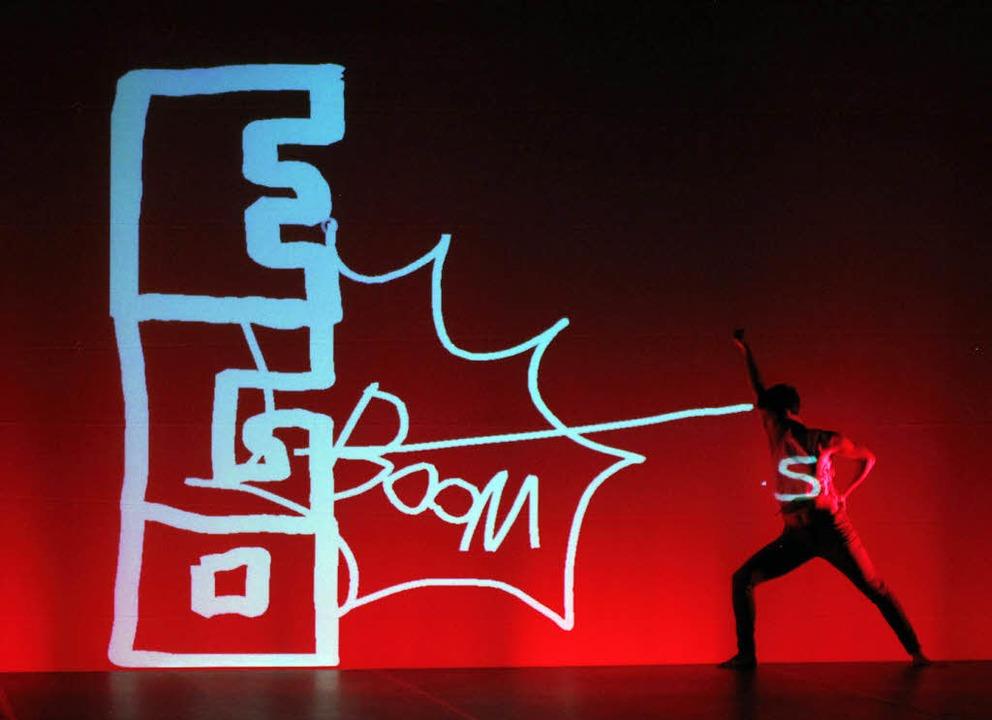 Respektlos am Mikro: Lisa Eckhart (Fot...Katalin Lengyel tanzend zu Graffiti.    | Foto: Wolfgang Grabherr