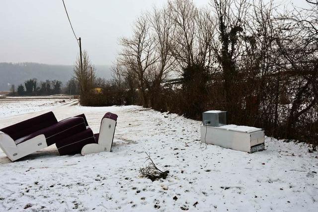Möbel-Müll auf dem Parkplatz zur Rheinfähre