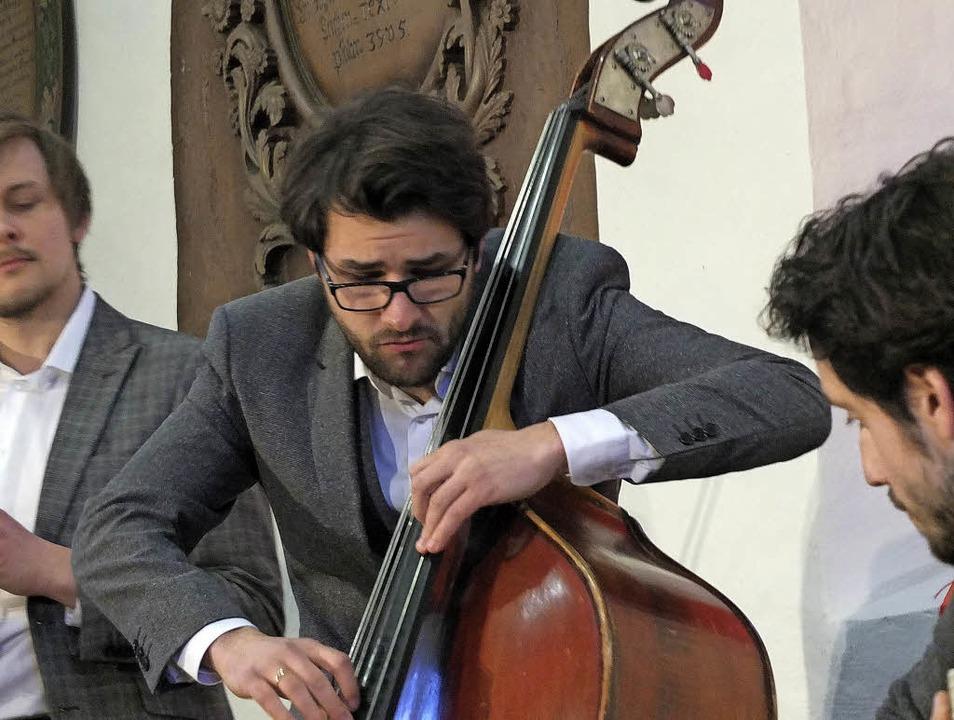 Ulrich Zeller am Bass der Klezmerband Yxalag   | Foto: Martina David-Wenk
