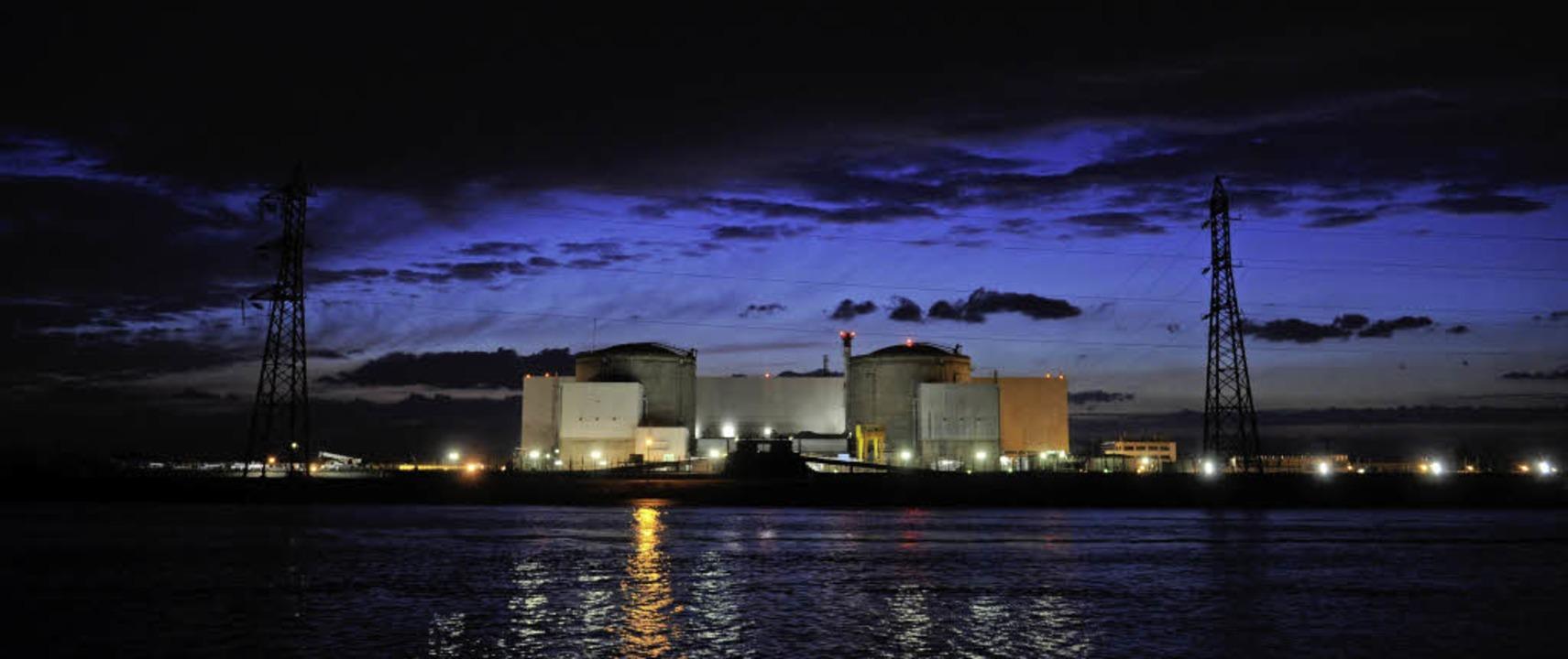 Atomkraftwerk Fessenheim in der Dämmerung   | Foto: afp