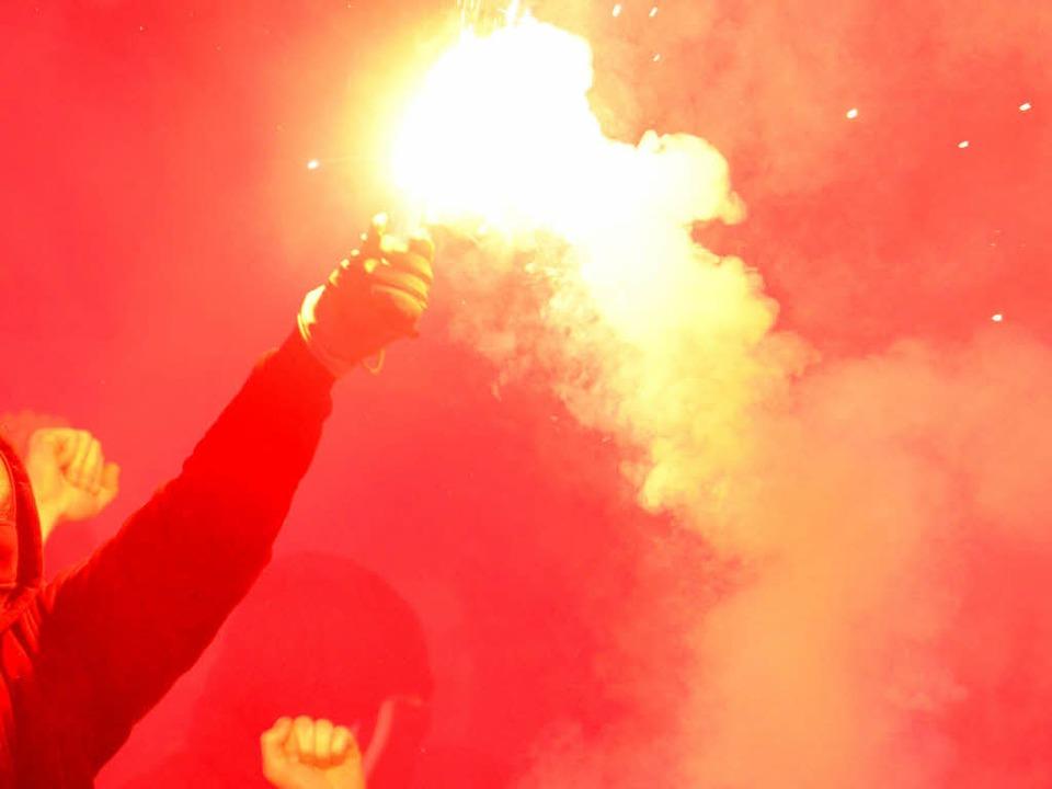 Durch Pyrotechnik hat eine Frau beim S... Bayern Atemnot erlitten (Symbolbild).  | Foto: dpa