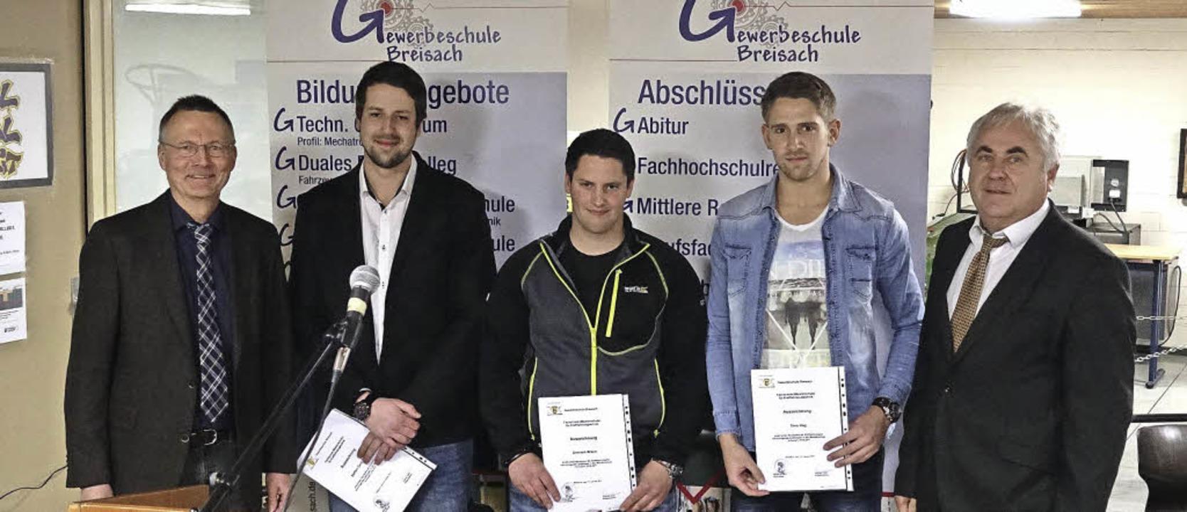 Klassenlehrer Rolf Greiner (links) und...minik Braun und Timo Hug (von links).   | Foto: privat