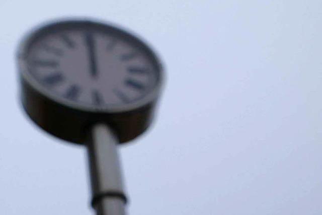 Große Uhr in der Gundelfinger Ortsmitte spielt verrückt