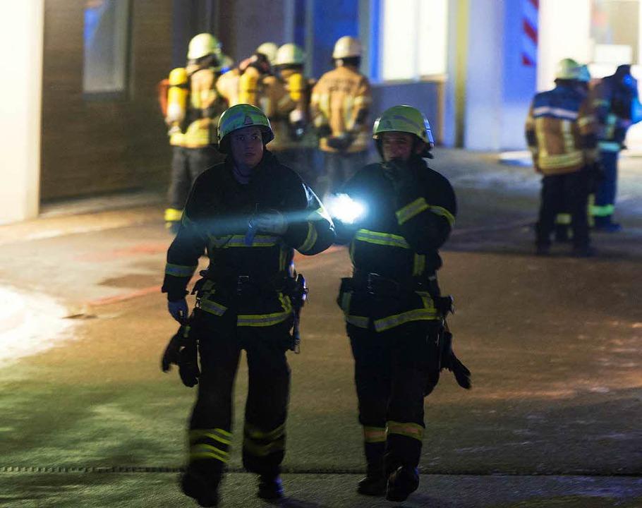 Kräfte der Berufs- und der Freiwilligen Feuerwehr löschten den Brand.  | Foto: Patrick Seeger