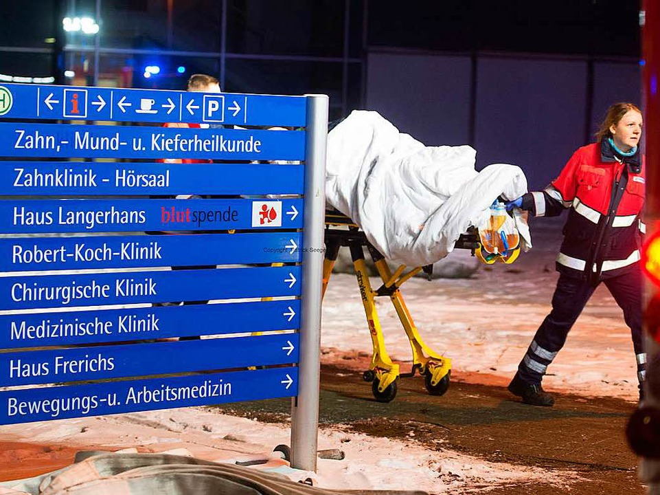 Eine Helferin der Malteser beim Transport der Patienten.  | Foto: Patrick Seeger
