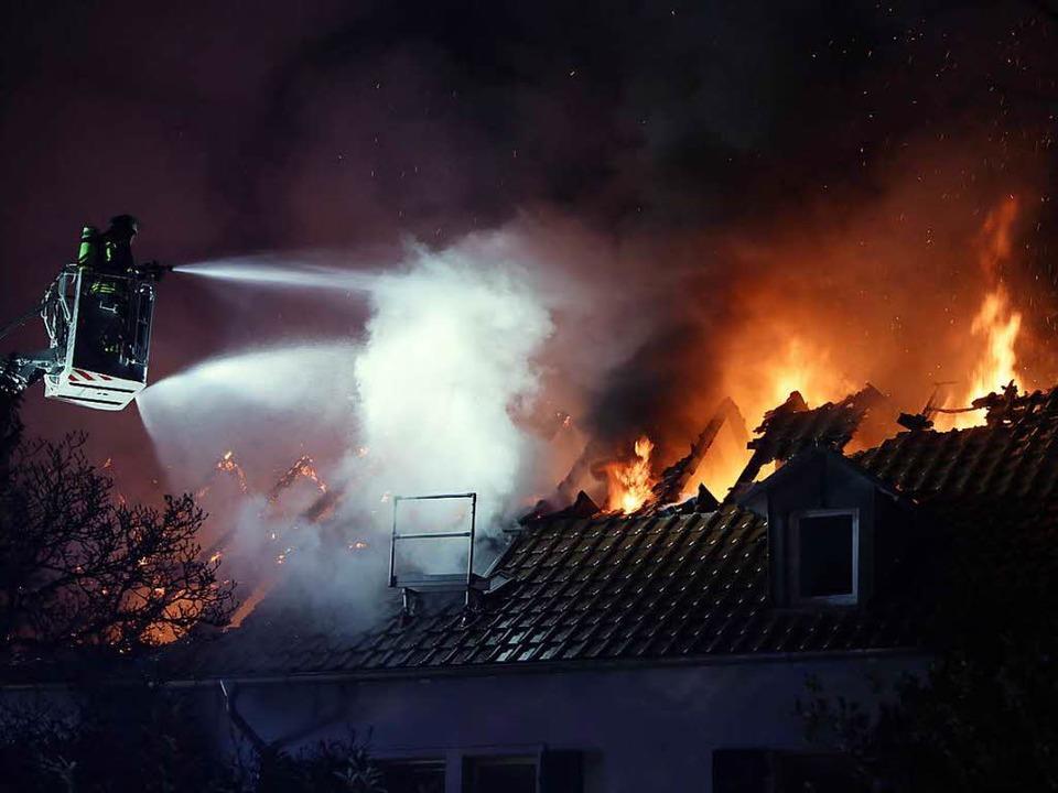Als die Feuerwehr eintraf, stand der D...mehrere Hunderttausend Euro geschätzt.  | Foto: Christoph Breithaupt
