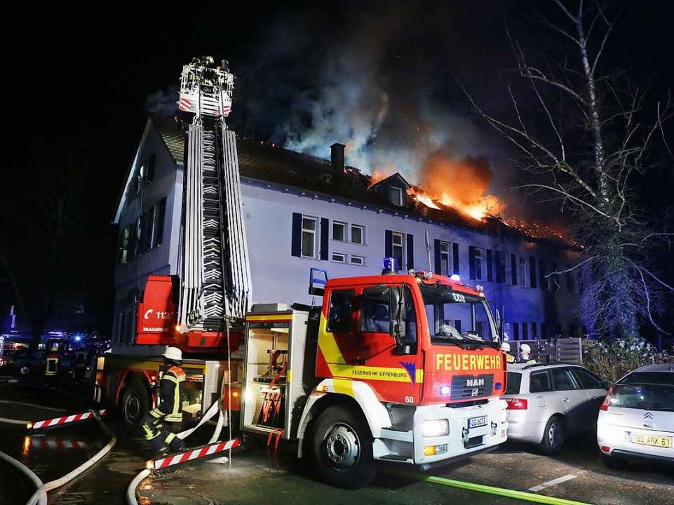Mit der Drehleiter wurde einer von rund 30 Bewohnern vom Dach gerettet.  | Foto: Christoph Breithaupt