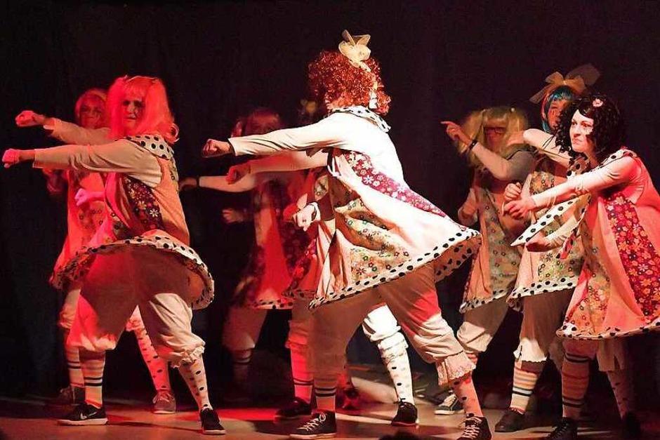 Kostüme und Tanz der Landfrauen - ein Wahnsinn beim Zunftabend Gündelwangen. (Foto: Wolfgang Scheu)