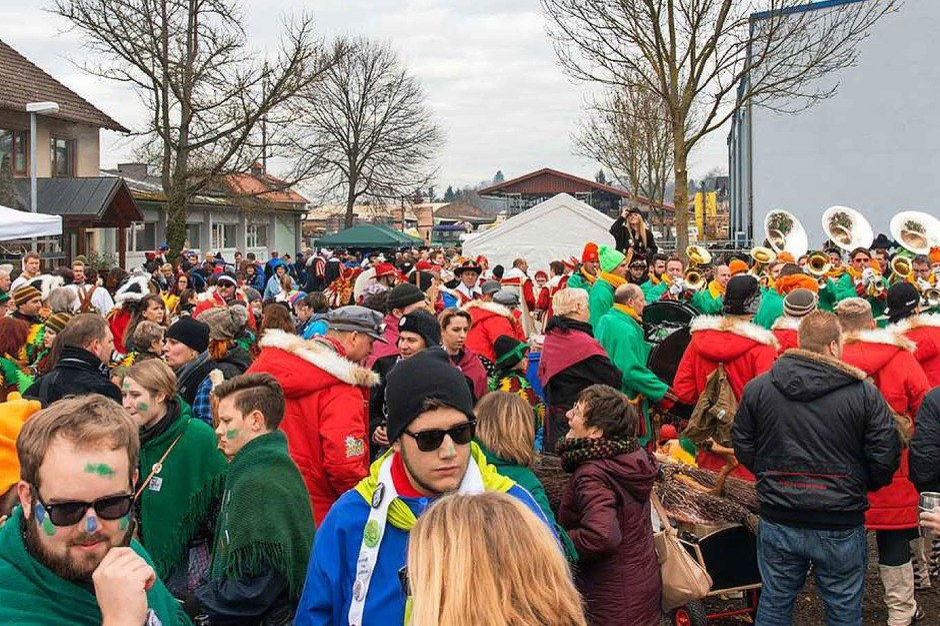 Auf Ettenheims Straßen war das närrische Treiben besonders groß: Auch viele närrische Lörracher und manche Schwaben bereicherten den Ettenheimer Straßenumzug. Die Lörracher Narrengilde kam mit 600 Mitgliedern in die Ortenau. (Foto: Olaf Michel (Bilder-Michel.de))