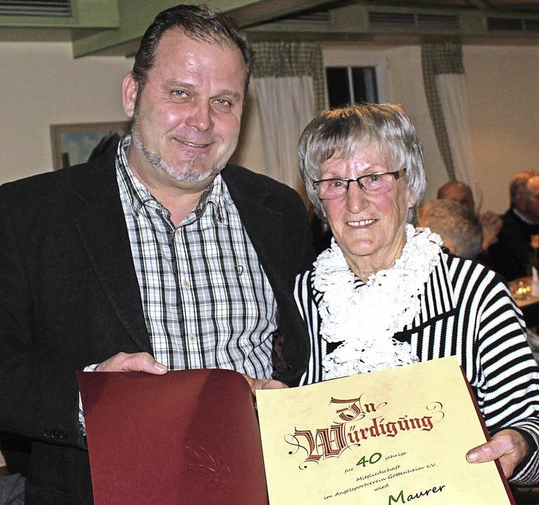 40 Jahre dabei: Jürgen Steiner ehrte Christa Maurer.   | Foto: Schöneberg