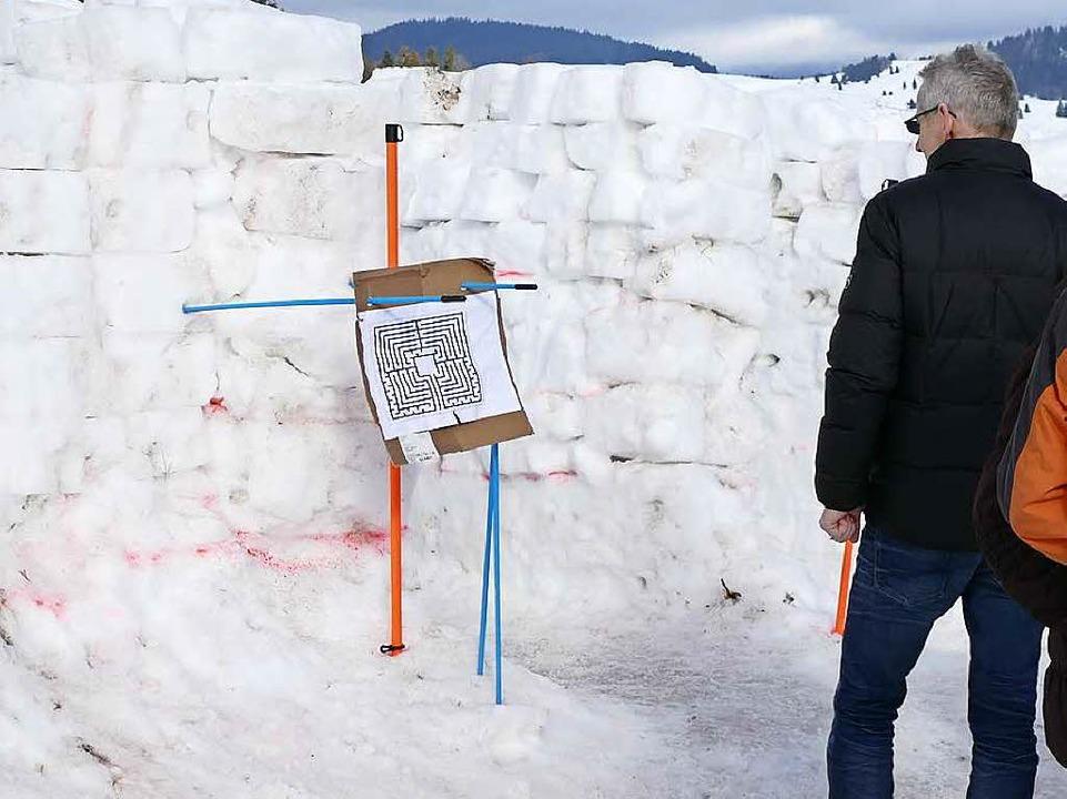 Ein Besucher betrachtet den Plan des L...nths, bewor er sich auf den Weg macht.    Foto: Sebastian Barthmes