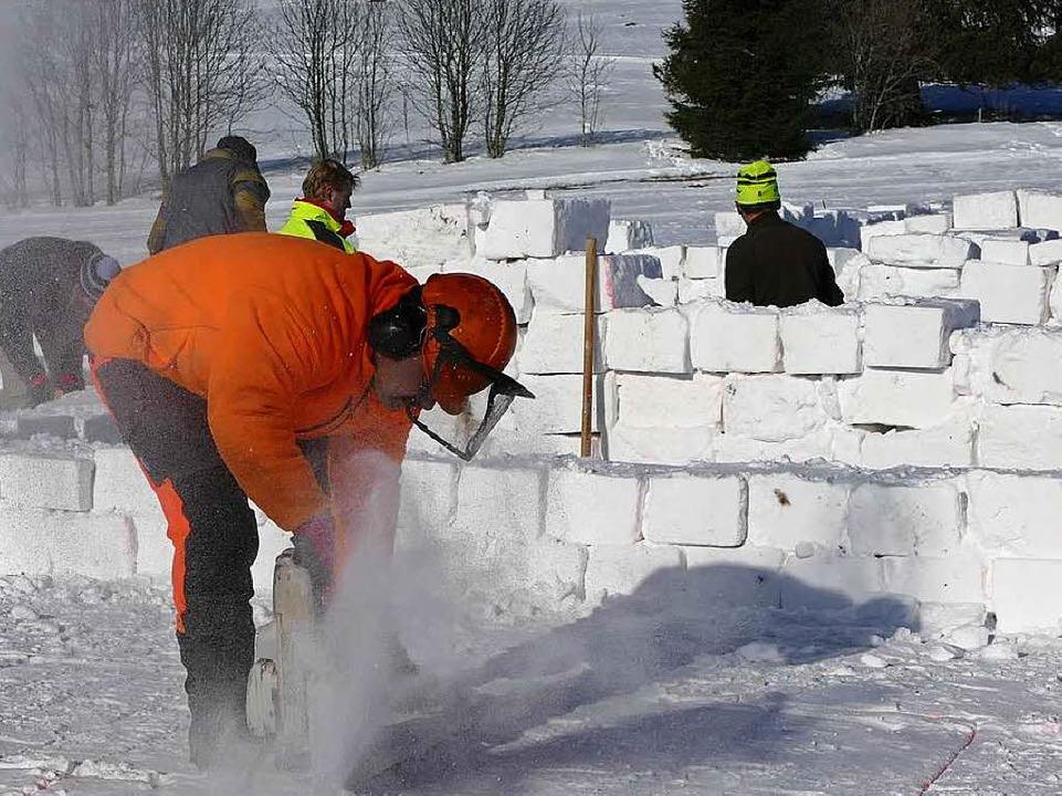 Mit großen Krafteinsatz und der Hilfe ...e, mit den die Wände aufgebaut wurden.    Foto: Sebastian Barthmes