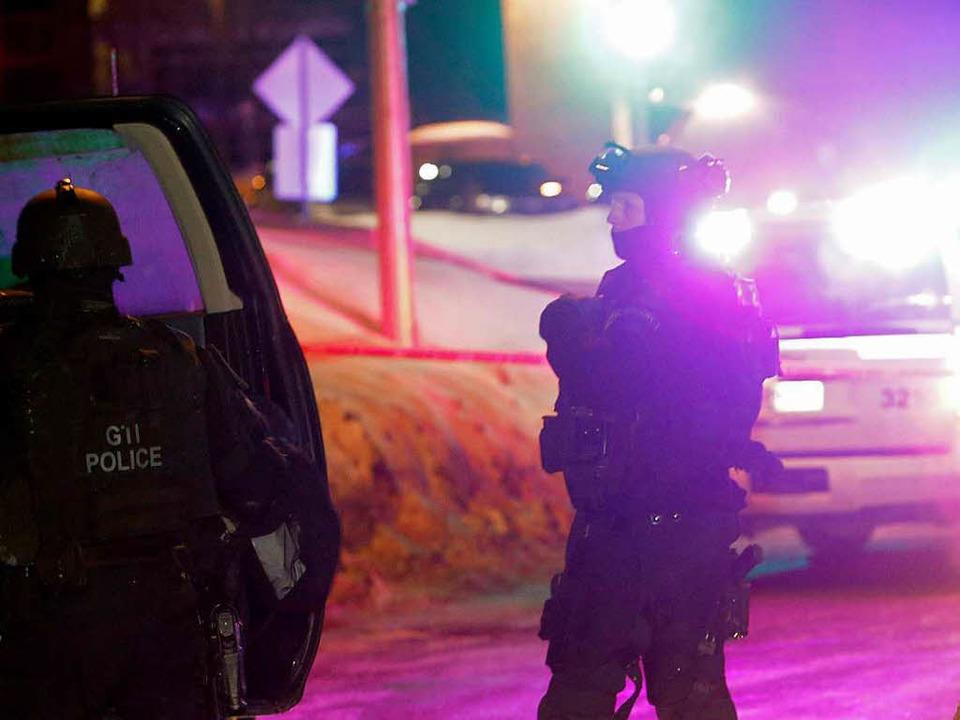 Polizisten überwachen in Quebec die Um...ehrere Tote und Verletzte gegeben hat.  | Foto: dpa