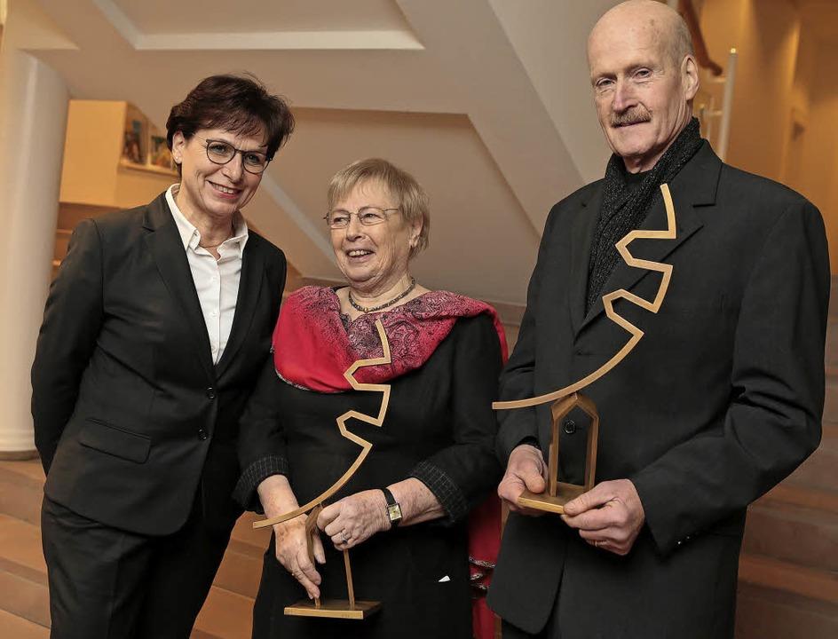 Oberbürgermeisterin Edith Schreiner (l...mit dem goldenen Stadttorzeichen aus.   | Foto: Christoph Breithaupt