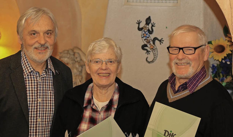 Ulrich Rospleszcz (links) ehrte Rita u... Mitgliedschaft in der DJK Heimschule.    Foto: Sandra Decoux-Kone