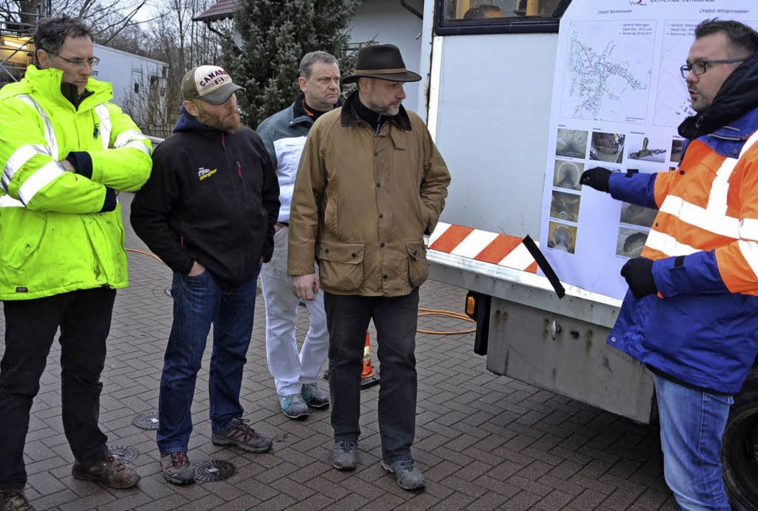Planer Mykola Vareniuk (rechts) erläut...ren zur Sanierung des Abwasserkanals.   | Foto: Reiner Beschorner