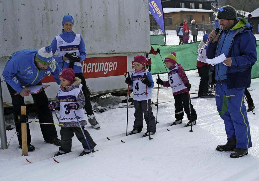 Die jüngsten Teilnehmer im Langlauf stehen auf ihren Skiern.  | Foto: Dieter Maurer
