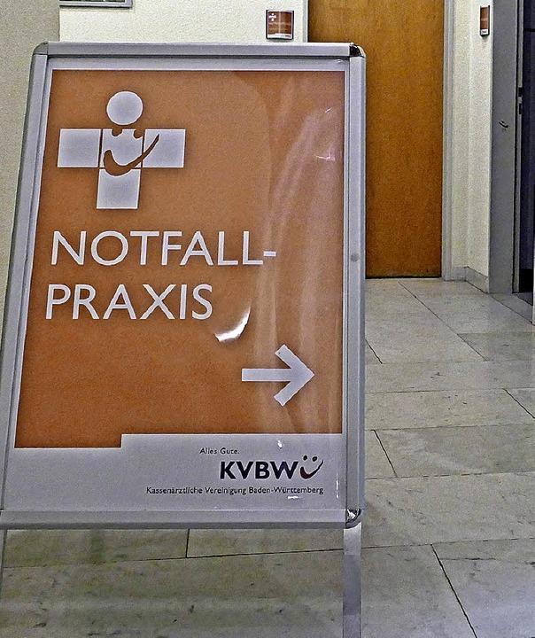 Die Tafel weist künftig täglich auf die Notfallpraxis hin.  | Foto: Marius Alexander