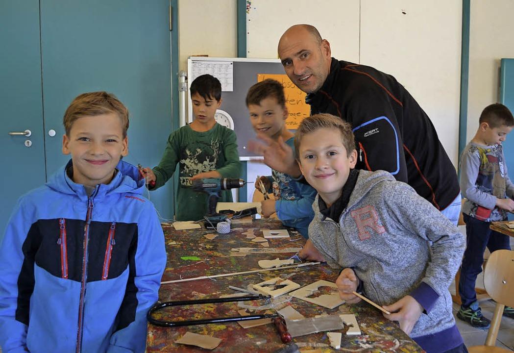 Der Leiter der Grundschule Rötenbach, ...ei Laubsägearbeiten mit den Schülern.   | Foto: Liane Schilling